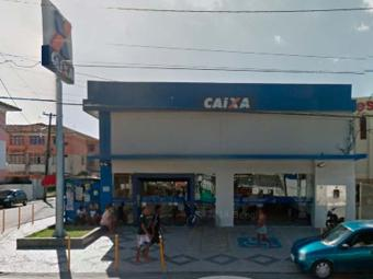 Os suspeitos chegaram encapuzados na agência em um veículo preto - Foto: Reprodução: Google Street View