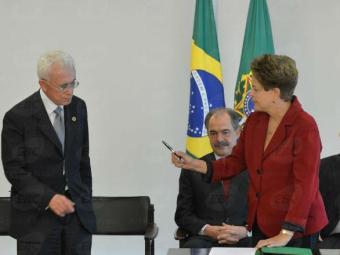 Presidenta Dilma Rousseff empossa o novo ministro da Secretaria de Assuntos Estratégicos, Mangabeira - Foto: Antonio Cruz   Ag. Brasil