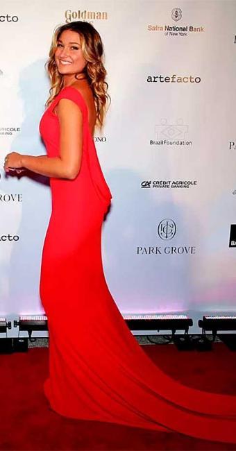Sasha usou um vestido longo vermelho, com decote nas costas, para acompanhar a mãe no evento - Foto: Divulgação