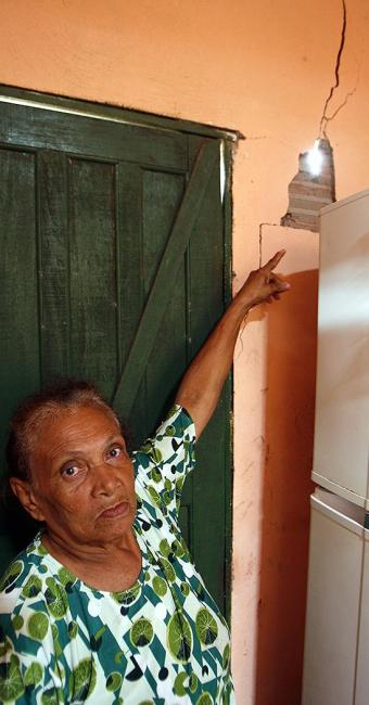 Preocupada, dona Balbina aponta uma rachadura - Foto: Luiz Tito l Ag. A TARDE