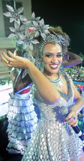 Mascarados sambaram com Mariene de Castro - Foto: Lúcio Távora | Ag. A TARDE