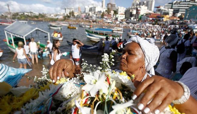 Devoção marca a festa para entrega dos presentes a Iemanjá - Foto: Raul Spinassé | Ag. A TARDE