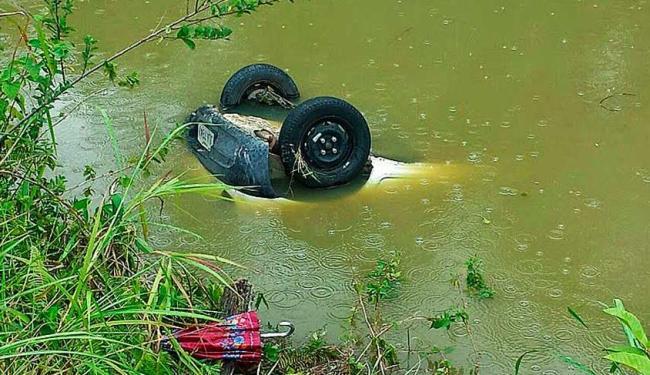 Carro ficou submerso em rio - Foto: Site Giro em Ipiaú
