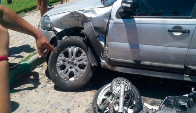 Moto colidiu na lateral do carro na orla de Porto Seguro - Foto: Reprodução | Radar 64