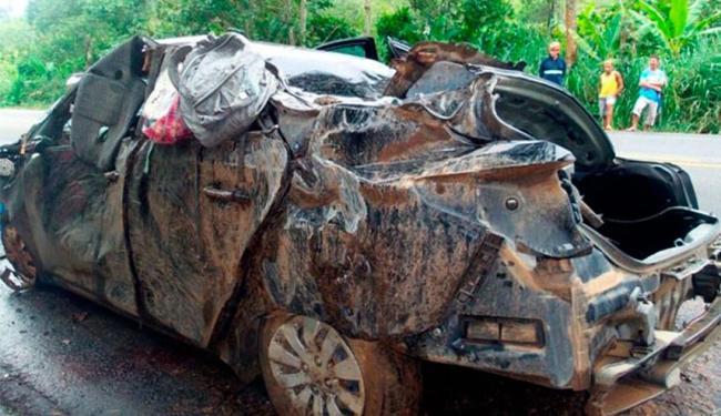 Veículo saiu da pista, bateu em árvore e capotou - Foto: Reprodução | Site Acorda Cidade