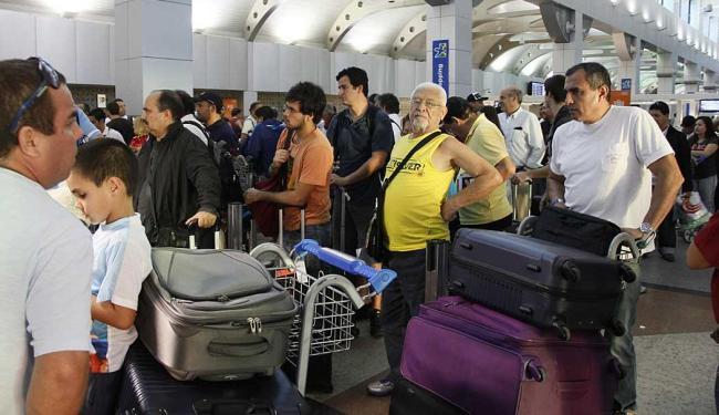 Movimentação de turista no check-in do aeroporto de Salvador - Foto: Joa Souza | Ag. A TARDE