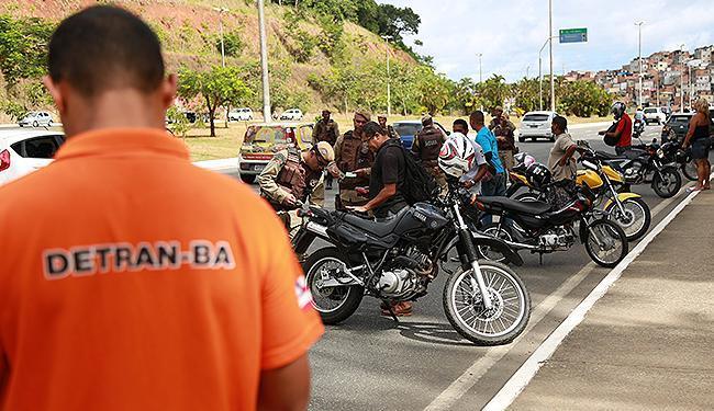 Agente do órgão estadual de trânsito em blitz: Detran planeja ações de fiscalização - Foto: Joá Souza l Ag. A TARDE