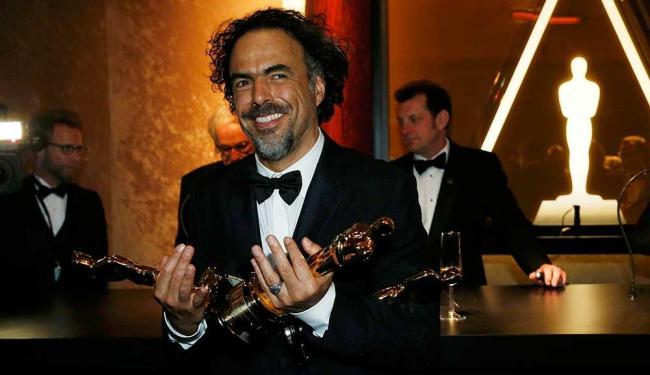 Iñarritu com seus Oscars de melhor filme, melhor diretor e melhor roteiro original por