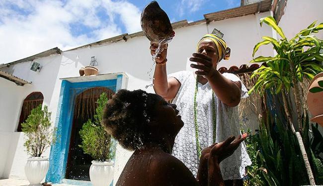 Alexandra é banhada com ervas por mãe Jaciara Ribeiro - Foto: Joá Souza l Ag. A TARDE