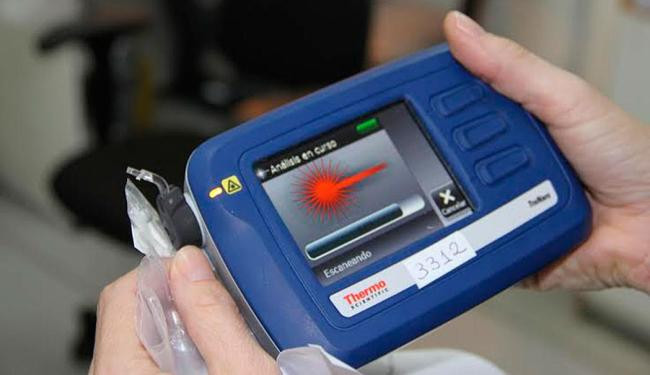 Aparelho é portátil e identifica substâncias químicas através do contato de raios infravermelhos - Foto: Divulgação   ascom DPT