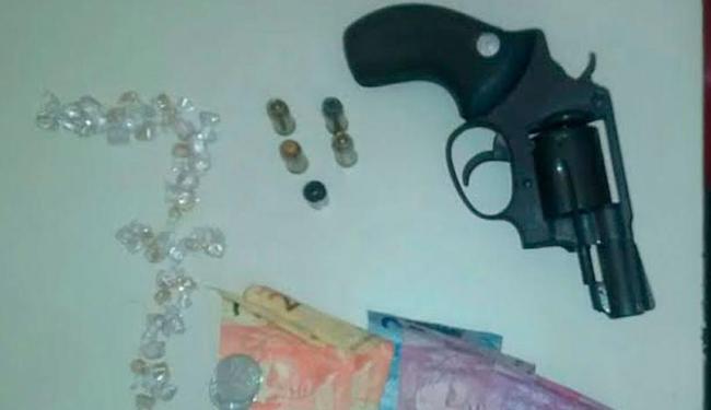 Armas, drogas e dinheiro apreendidas com adolescentes foram encaminhados ao DPT - Foto: Divulgação | Polícia Civil