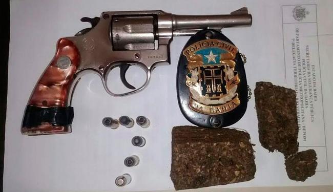 Alexsandro foi flagrado com armas calibre 38, munições e maconha - Foto: Divulgação   Polícia Civil