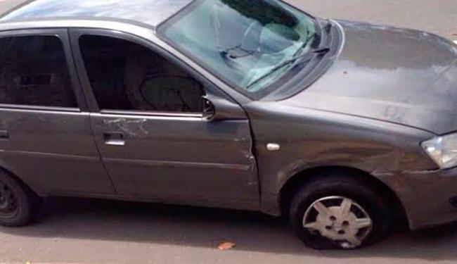 Veículo utilizado pelos bandidos ficou danificado após a troca de tiros - Foto: Divulgação   Polícia Civil