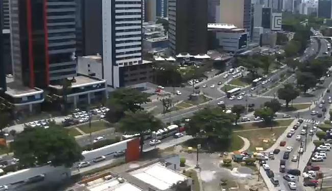 Trânsito intenso, mas fluindo na avenida ACM - Foto: Reprodução