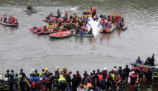 Curiosos acompanham resgate das vítimas do acidente - Foto: Pichi Chuang | Reuters