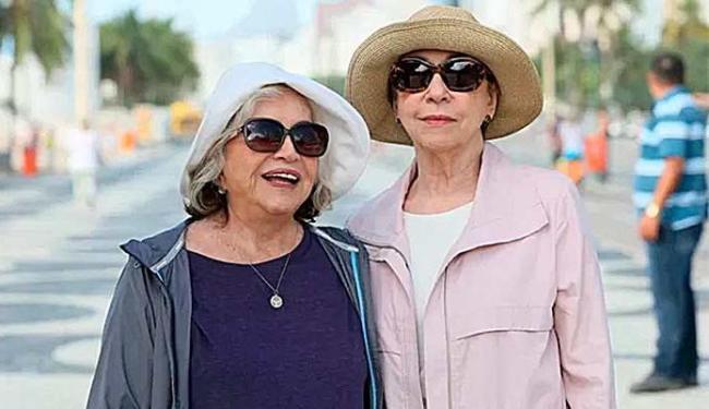 Na trama, Fernanda Montenegro e Nathália Timberg serão casadas e mães de Chay Suede - Foto: TV Globo   Divulgação