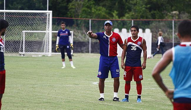 O jovem goleiro, ao fundo, será titular pela primeira vez como profissional do tricolor - Foto: Divulgação l E.C. Bahia