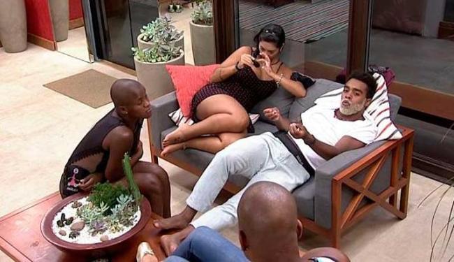 Na varanda da casa, Douglas conta motivos das agressões a ex - Foto: Big Brother Brasil 15   Reprodução