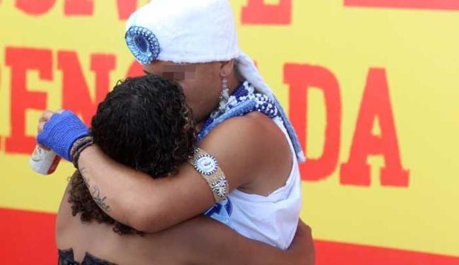 Filho de Ghandy rouba beijo de foliã, como é tradicional no Carnaval de Salvador - Foto: Lúcio Távora | Ag. A TARDE