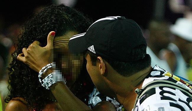 Folião tenta conseguir beijo de garota que brinca no mesmo bloco ao longo do circuito Dodô (Barra-On - Foto: Raul Spinassé | Ag. A TARDE