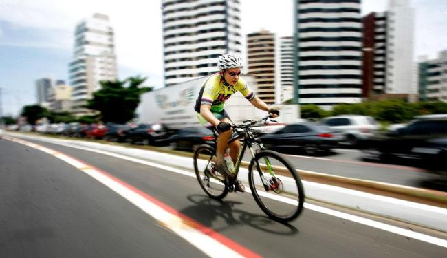 Ciclista realiza treino na avenida Magalhães Neto - Foto: Raul Spinassé | Ag. A TARDE