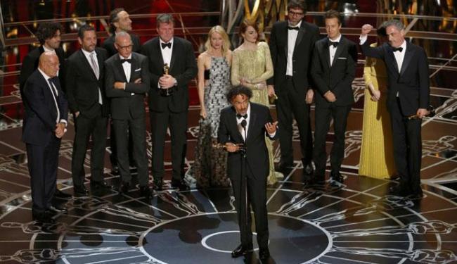 Produtores e elenco de Birdman sobem no palco para receber o Oscar - Foto: Agência Reuters