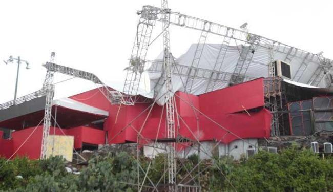Estrutura cedeu por não suportar o peso da água da chuva - Foto: Lúcio Távora   Ag. A TARDE