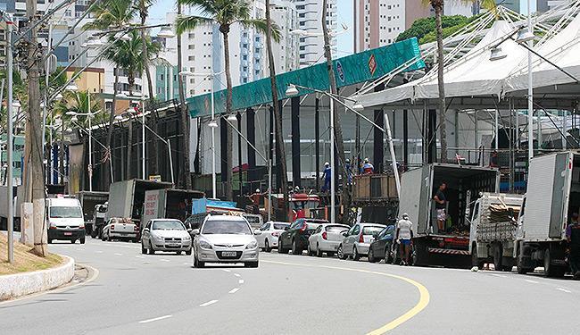 Caminhões estacionados atrapalham tráfego de veículos, ciclistas e pedestres - Foto: Luciano da Matta | Ag. A TARDE