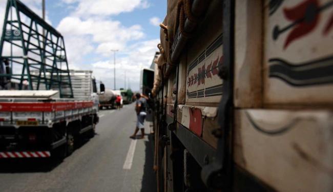 Categoria protesta contra os seguidos aumentos dos combustíveis e dos tributos sobre o transporte - Foto: Luiz Tito | Ag. A TARDE