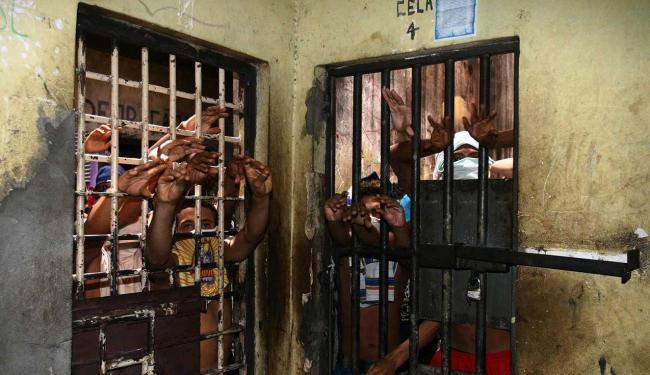 Problema se repete em carceragens de delegacias da região metropolitana - Foto: Luciano da Matta | Ag. A TARDE