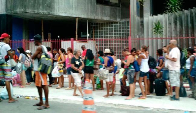Os passageiros se amontoam na rua para embarcar no Catamarã - Foto: Juracy dos Anjos | Ag. A TARDE