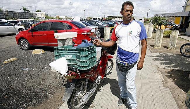 Aleucik de Almeida Santos usa sua cinquentinha na venda de lanches pelas ruas - Foto: Luiz Tito | Ag. A TARDE