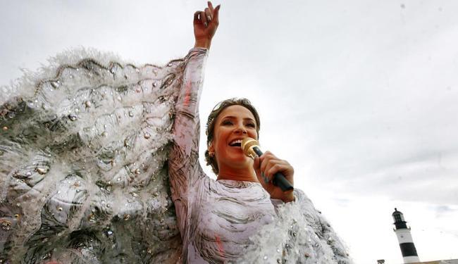 Claudinha exibe suas asas de anjo - Foto: Raul Spinassé   Ag. A TARDE