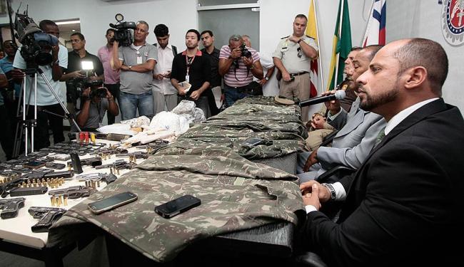 Durante coletiva SSP apresentou armas, fardamento e drogas que estavam com o grupo - Foto: Mila Cordeiro | Ag. A TARDE