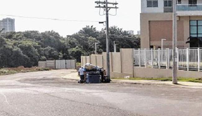 Vítima foi levada para rua do bairro de Piatã, perto de condomínio residencial - Foto: Fernando Amorim  Ag. A TARDE