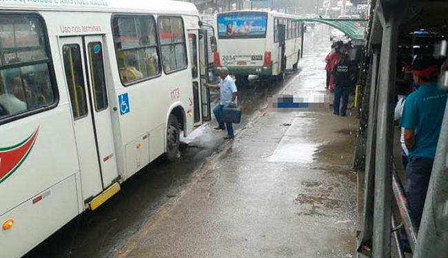 O corpo ficou sobre a calçada em um ponto de ônibus da avenida - Foto: Cidadão Repórter