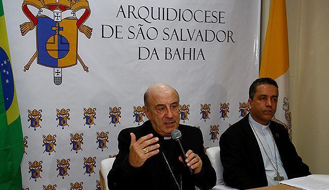 O arcebispo de Salvador, D. Murilo Krieger (E), divulgou o tema da iniciativa na quarta - Foto: Adilton Venegeroles l Ag. A TARDE