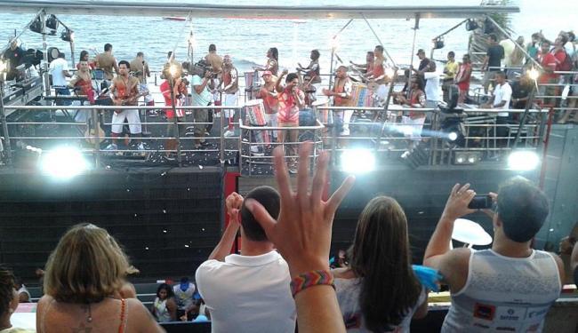 Todo no vermelho, Denny anima a sexta na Barra - Foto: Iloma Sales | Ag. A TARDE