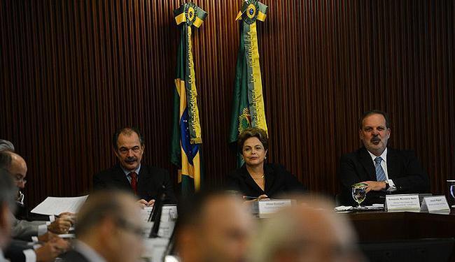 Segundo a presidente (C), valor acima disso, como quer a oposição, será vetado - Foto: José Cruz l Agência Brasil