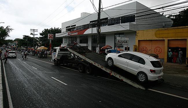 Automóvel estacionado em ciclofaixa é guinchado na avenida Dorival Caymmi - Foto: Raul Spinassé l Ag. A TARDE