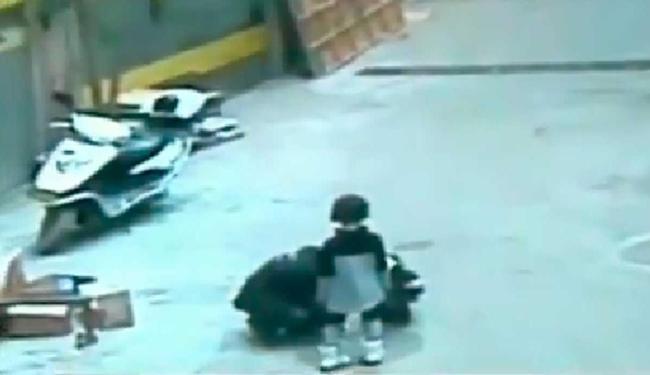 Menina foi jogada para dentro de bueiro com o impacto da explosão - Foto: Reprodução | YouTube