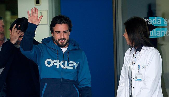Alonso acena para a imprensa ao deixar o hospital em Barcelona - Foto: Albert Gea l Reuters