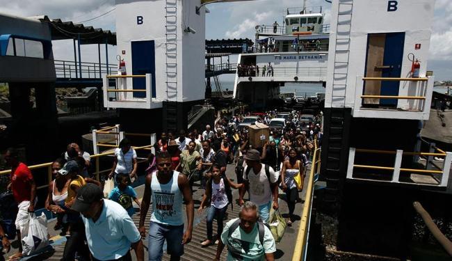 Pedestres e motoristas enfrentam fila no ferry nesta quarta - Foto: Raul Spinassé   Ag. A TARDE