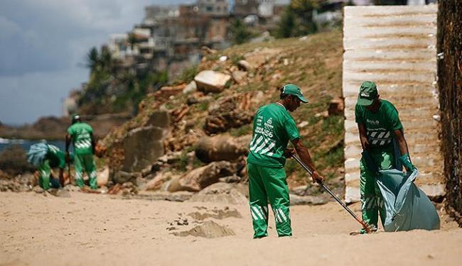 Funcionários da Limpurb coletaram cerca de 200 sacos de resíduos em apenas duas praias - Foto: Raul Spinassé l Ag. A TARDE