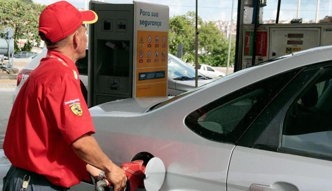 Motoristas de Salvador procuraram os postos no primeiro dia após reajuste - Foto: Edilson Lima   Ag. A TARDE