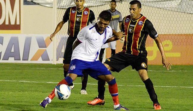 Atacante Kieza protege a bola da ofensiva de atletas do Globo - Foto: Frankie Marcone l Estadão Conteúdo