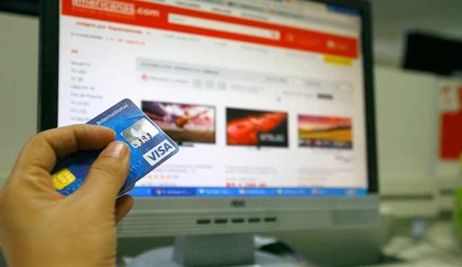 Fazer compras pela internet é uma das situações em que o consumidor divulga os próprios dados - Foto: Joá Souza | Ag. A TARDE
