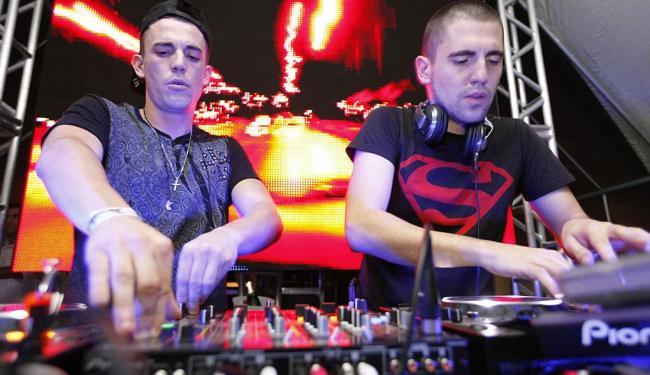 Os irmãos DJs irão agitar o público do Villa - Foto: Divulgação
