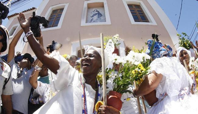 Baianas na lavagem do adro da igreja na festa do ano passado - Foto: Lúcio Távora   Arquivo   Ag. A TARDE