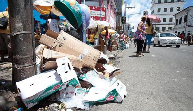 Acúmulo de detritos ao longo de vias, como a Av. Joana Angélica, tem sido comum - Foto: Edilson Lima | Ag. A TARDE